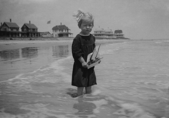 In A Row「Girl In Sea With Toy Sailboat」:写真・画像(12)[壁紙.com]