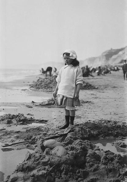 1900「Young Girl On Sandy Beach」:写真・画像(4)[壁紙.com]