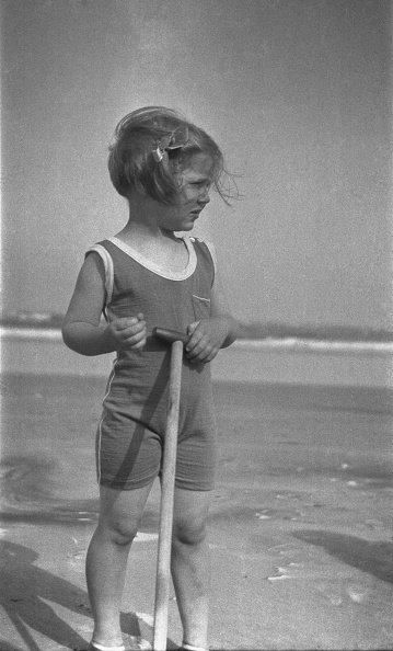 水着「Young Girl On Sandy Beach」:写真・画像(8)[壁紙.com]