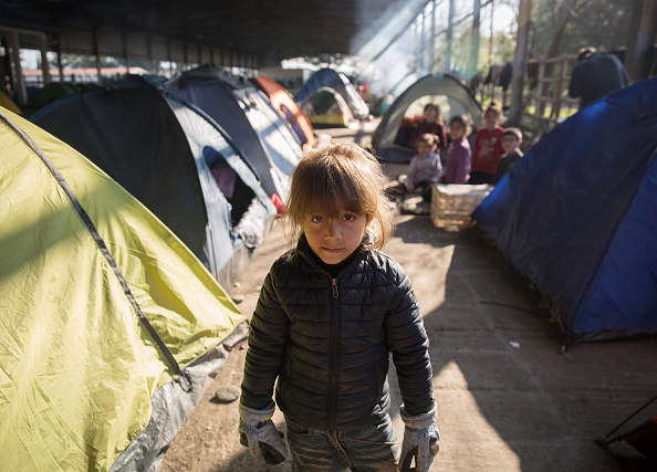 カメラ目線「Thousands Of Migrants Remain Stranded In Greece As Borders Stay Closed」:写真・画像(8)[壁紙.com]