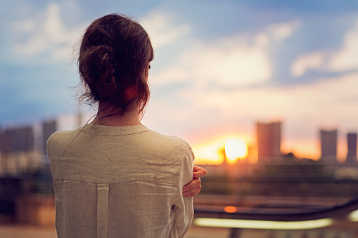 Serene People「Young girl is watching sunset over Tokyo」:スマホ壁紙(4)