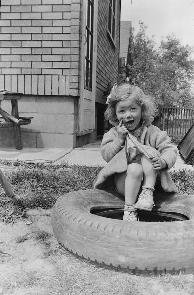 On Top Of「Young Girl Sitting On Tyre」:写真・画像(16)[壁紙.com]
