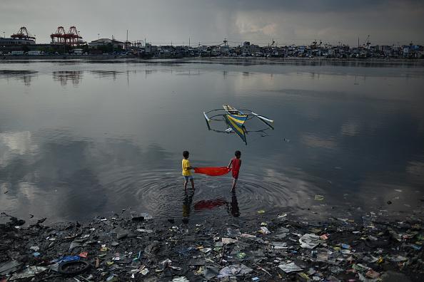 Social Issues「Filipinos Slum Dwellers Risk Rising Waters At Manila's Coast」:写真・画像(2)[壁紙.com]