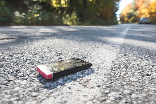 Broken「Broken smartphone lying on the road」:スマホ壁紙(1)