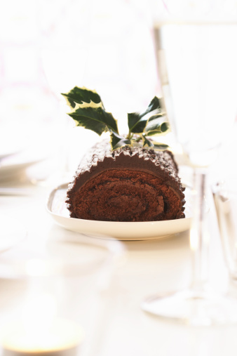 Log「Yule log on dining table decorated with holly」:スマホ壁紙(2)
