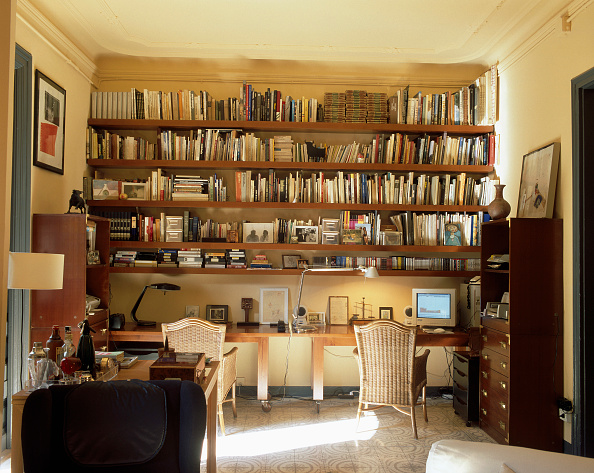 Home Office「View of well stocked bookshelves in a home office」:写真・画像(7)[壁紙.com]