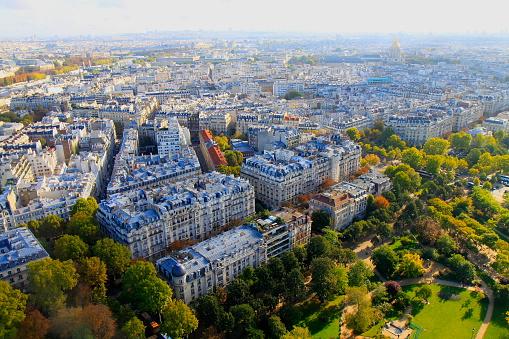恋愛「パリの牧歌的な都市スカイラインの屋根上: エッフェル塔、パリの街並み、フランスから劇的な空の夕焼けに照らされた雄大な建物」:スマホ壁紙(18)