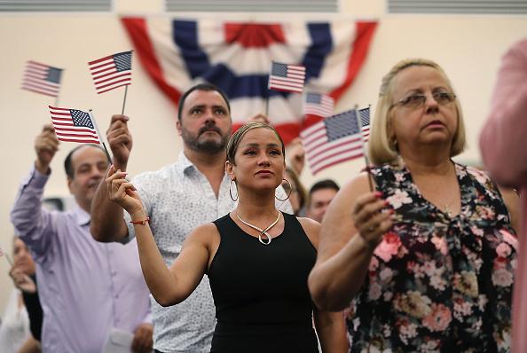 ヒューマンインタレスト「Immigrants To U.S. Become Citizens During Naturalization Ceremony In Miami」:写真・画像(5)[壁紙.com]
