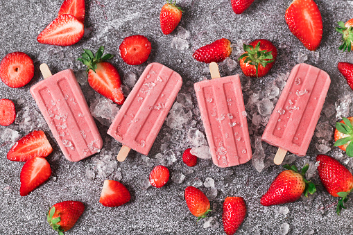 アイスクリーム「Four homemade strawberry ice lollies, ice and strawberries on marble」:スマホ壁紙(13)
