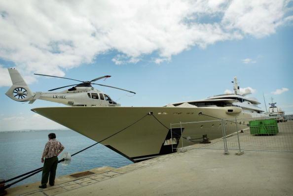 船・ヨット「Russian Billionaire Roman Abramovich Leaves His Yacht In Portugal」:写真・画像(19)[壁紙.com]