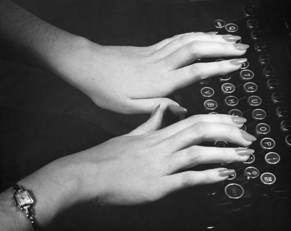 女性「Hands typing」:写真・画像(14)[壁紙.com]