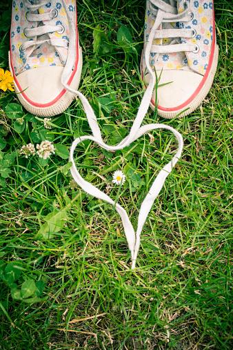 ハート「Shoelaces of two sneakers shaping heart on grass」:スマホ壁紙(10)