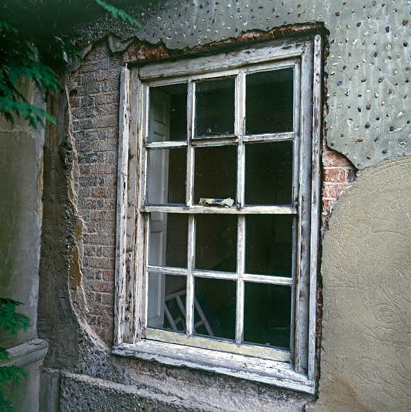 Vitality「Old window in total decay」:写真・画像(8)[壁紙.com]