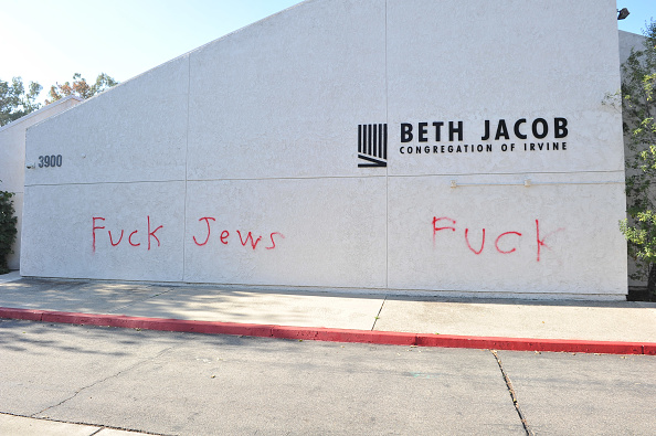 Graffiti「Orange County Synagogue Vandalized With Anti-Semitic Graffiti」:写真・画像(2)[壁紙.com]