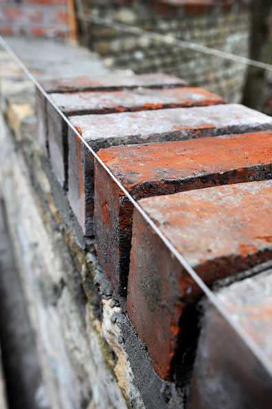 Bricklayer「Building of a garden wall with Cotswold stone and reclaimed red bricks UK」:写真・画像(10)[壁紙.com]