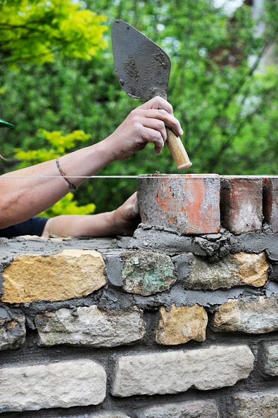 String「Building of a garden wall with Cotswold stone and reclaimed red bricks UK」:写真・画像(6)[壁紙.com]