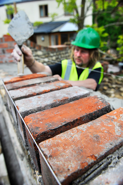 Bricklayer「Building of a garden wall with Cotswold stone and reclaimed red bricks UK」:写真・画像(4)[壁紙.com]
