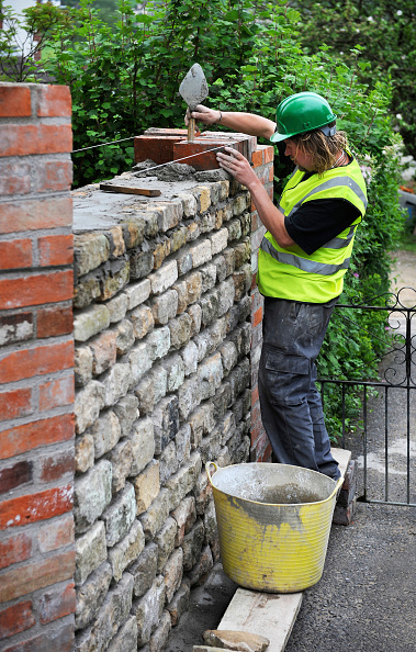 Toughness「Building of a garden wall with Cotswold stone and reclaimed red bricks UK」:写真・画像(5)[壁紙.com]