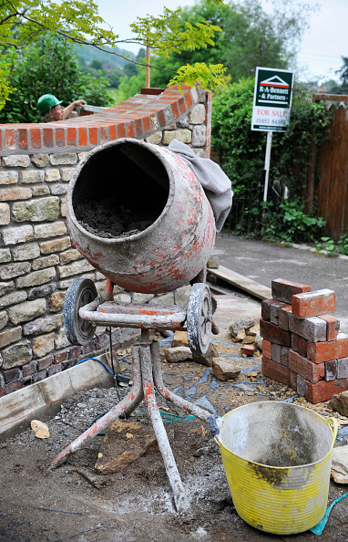 Advice「Building of a garden wall with a for sale sign suggesting outside home improvements to increase the value of your home UK」:写真・画像(3)[壁紙.com]