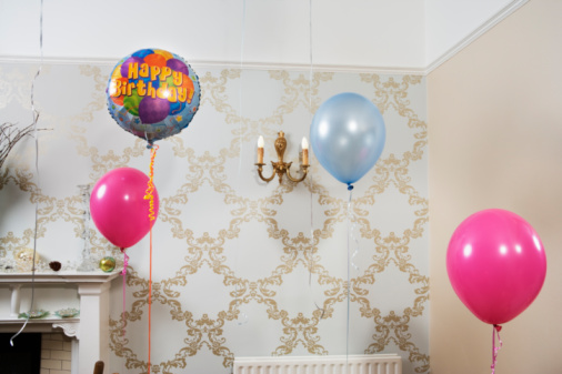 Enjoyment「Balloons are floating in room.」:スマホ壁紙(14)