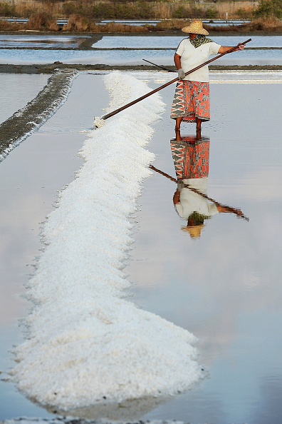 Finance and Economy「Indonesian Salt Production Increases Due To Prolonged Drought」:写真・画像(14)[壁紙.com]
