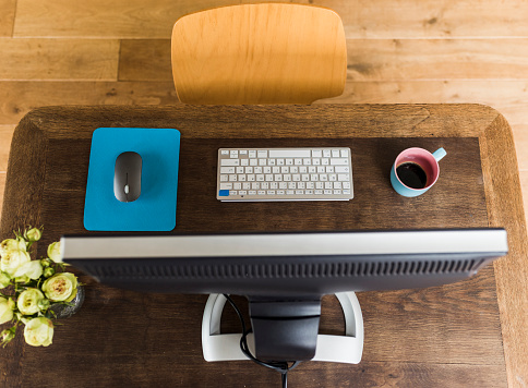 Small Office「Wooden desk with keyboard, coffee cup and mouse」:スマホ壁紙(13)