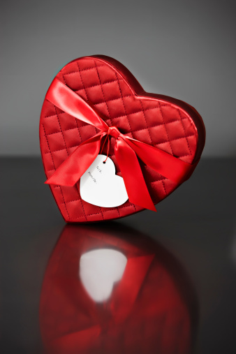 Gray Background「Red Valentine's heart-shaped box」:スマホ壁紙(10)