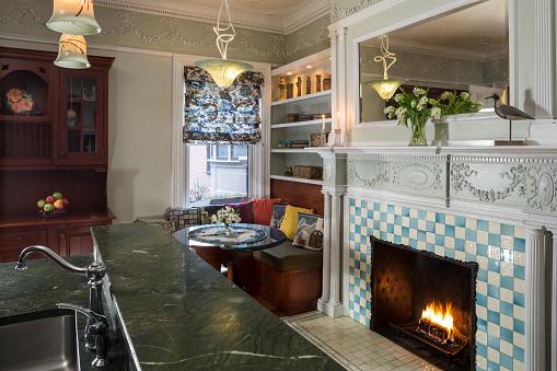 スイセン「Home Kitchen with Vintage Architecture and Fireplace」:スマホ壁紙(8)