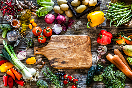 Bush Bean「Empty cutting board surrounded by fresh vegetables shot from above on rustic wooden table」:スマホ壁紙(17)