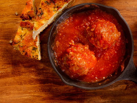 Cast Iron「Veal and Pork Meatballs in Tomato Sauce」:スマホ壁紙(1)
