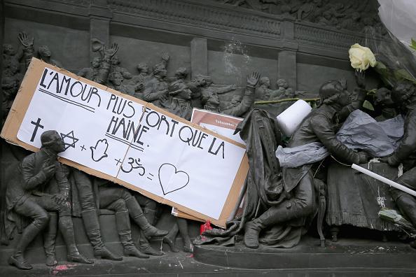 Charlie Hebdo「Charlie Hebdo Tributes At Place De La Republique」:写真・画像(16)[壁紙.com]