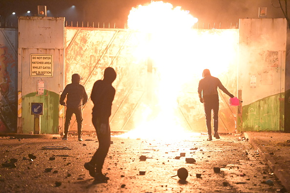 Northern Ireland「Police Attacked Near Belfast Peace Line During Loyalist Protests」:写真・画像(8)[壁紙.com]