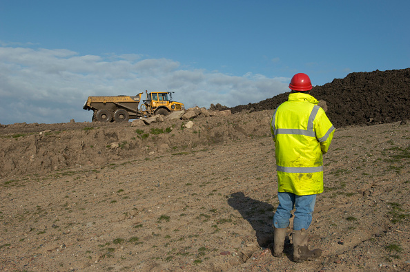 Rear View「Man watching Dumper Truck spreading compost on contaminated brownfield land, England, United Kingdom」:写真・画像(14)[壁紙.com]
