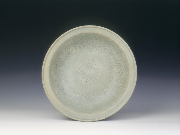 Chrysanthemum「Si Satchanalai celadon dish, Thailand, late 14th-early 15th century.」:写真・画像(9)[壁紙.com]