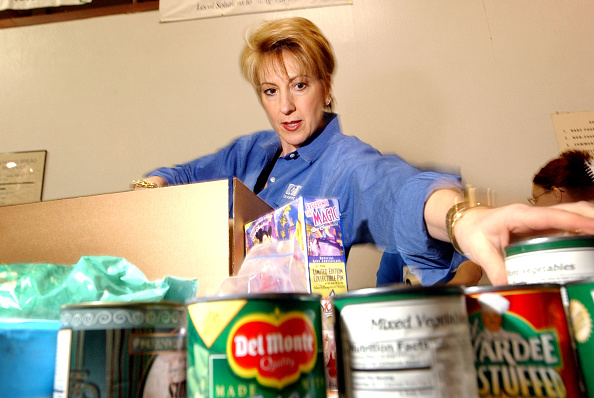 Corporate Business「HP CEO Carly Fiorina Volunteers At Food Bank」:写真・画像(18)[壁紙.com]