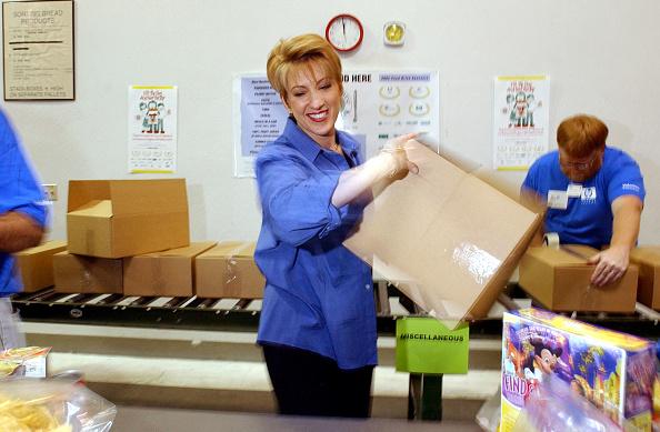 Volunteer「HP CEO Carly Fiorina Volunteers At Food Bank」:写真・画像(15)[壁紙.com]