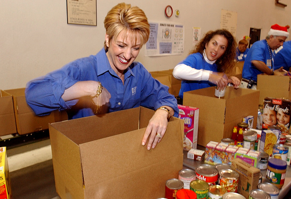 Volunteer「HP CEO Carly Fiorina Volunteers At Food Bank」:写真・画像(16)[壁紙.com]