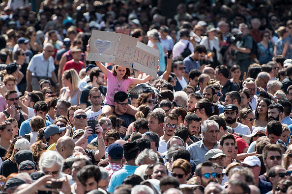 スペイン バルセロナ「A Minute's Silence Is Held In Barcelona To Pay Tribute To The Terror Attack Victims」:写真・画像(17)[壁紙.com]