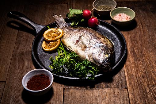 Griddle「Gourmet Whole Dorado Fish on Metal Skillet Pan」:スマホ壁紙(7)