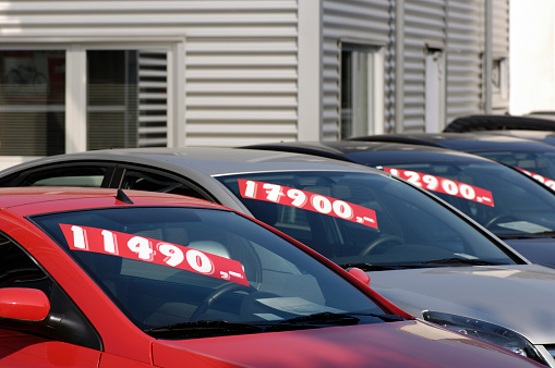 Used Car Selling「Row of pre-owned cars for sale」:スマホ壁紙(4)