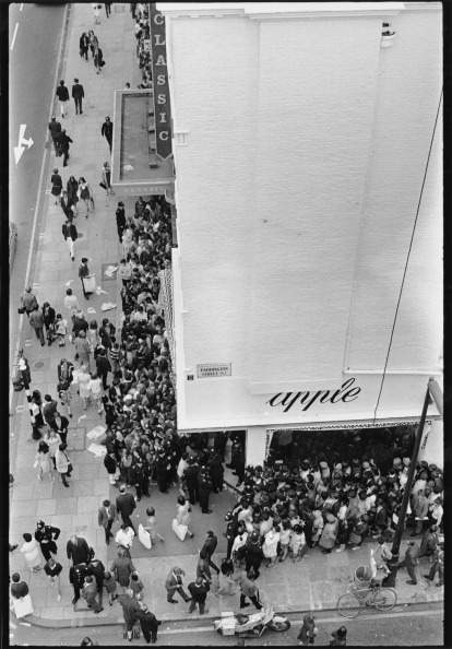 Waiting In Line「Apple Queues」:写真・画像(1)[壁紙.com]