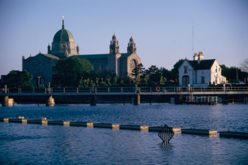 20th Century Style「Galway Cathedral, River Corrib, Galway, County Galway, Ireland」:スマホ壁紙(12)