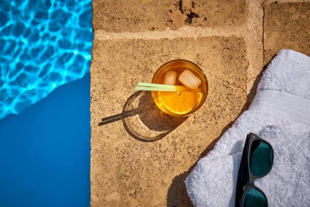 Glass of Crodino, sunglasses and towel at the poolside:スマホ壁紙(壁紙.com)