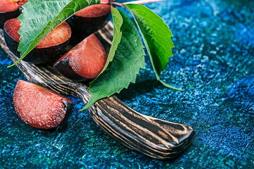 Plum「木の板に赤梅」:スマホ壁紙(3)