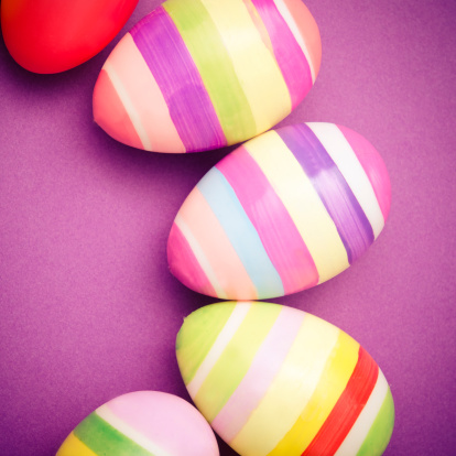 イースター「色付きペインティッドイースター卵の紫色の背景」:スマホ壁紙(2)