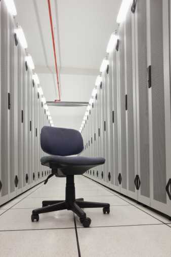 Data Center「Chair in empty row of servers」:スマホ壁紙(19)