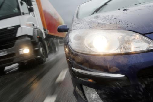 Overtaking「car and lorry on motorway in the rain」:スマホ壁紙(18)