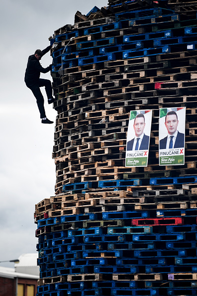 クライミング「Bonfires Are Built Ahead Of The Eleventh Night Annual Loyalist Celebrations」:写真・画像(6)[壁紙.com]