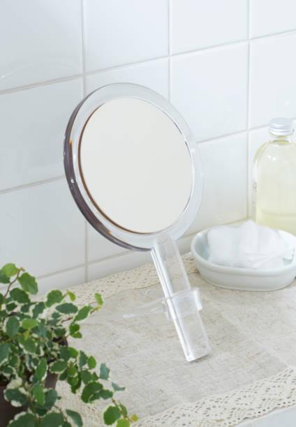 hand mirror:スマホ壁紙(壁紙.com)