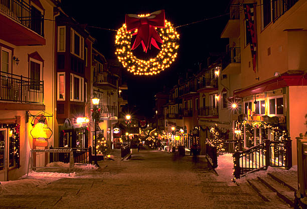 Mont Tremblant ski village in the evening at Christmas:スマホ壁紙(壁紙.com)